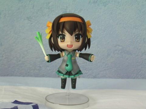 Haruhi cosplaying Hatsune Miku